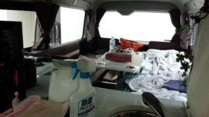 車中泊避難中の車内