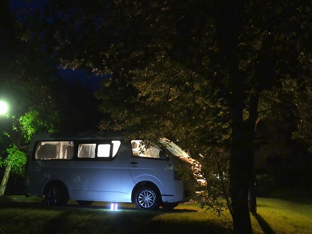 夜のキャンピングカー
