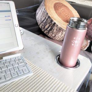 水筒を持込み、キャンピングカーの中ですごす妻の昼下がり。